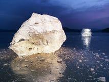 Bloki jaśnienie śnieg na brzeg i lód Miażdżący lód i floes Obrazy Royalty Free