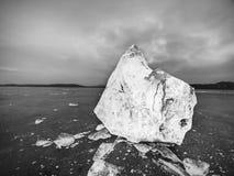 Bloki jaśnienie śnieg na brzeg i lód Miażdżący lód i floes Zdjęcie Royalty Free