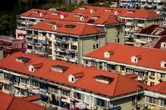 Bloki mali domy z czerwonymi dachami w Szanghaj obrazy royalty free