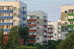 Bloki mieszkalni i druty Obrazy Stock