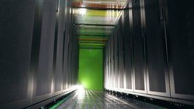 Bloki serwery lokalizować w zmroku opróżniają przestrzeń Serwery w dane centrum zdjęcie wideo