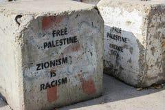 Blokkade op een weg tussen bezette Palestijnse territory's in Cisjordanië of Gaza en Israël die een duidelijk bericht dragen Stock Afbeeldingen