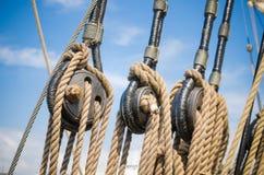 Blokken en uitrustingen een varend schip Stock Fotografie