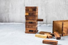 Blokken houten spel op witte houten lijst stock fotografie