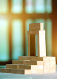 Blokken in trapsgewijze orde worden geschikt die Royalty-vrije Stock Afbeelding