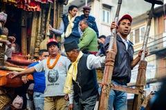 Blokkenwagen van regenrato Machhindranath optocht in Patan, Nepal Stock Foto's
