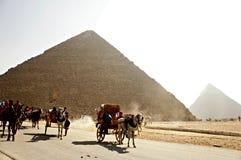 Blokkenwagens rond Piramides Stock Fotografie