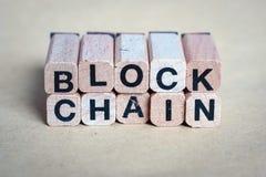 Blokowego łańcuchu pojęcie - listy na drewnianych blokach zdjęcia stock