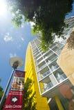 bloku mieszkaniowy sprzedaży szyldowy kolor żółty Zdjęcia Stock