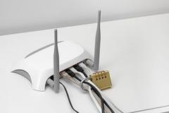 Blokujący interneta dostępu pojęcie - wifi router z kłódką fotografia stock