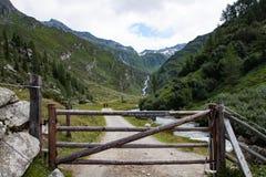 Blokujący wycieczkujący ścieżkę w Ahrntal dolinie Obrazy Royalty Free