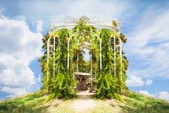 Blom- båge- och landskapsikt i trädgård av krabithail för 7 himmel Royaltyfria Bilder
