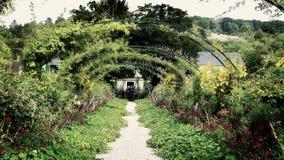 Blom- båge på Claude Monet trädgårdar, Giverny, Frankrike Arkivfoton