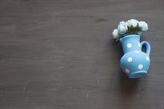 Blom- bakgrund, blommor i blå vas Arkivbild