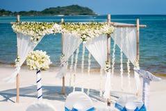Blom- bröllopbågegarnering, mötesplats för strandbröllop Arkivbild