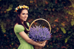 Blom- felik flicka för sommar med lavendelkorgen Arkivfoto