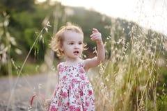 blom- flickalitet barn för förtjusande klänning Royaltyfria Bilder