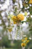Blom- garnering för original- bröllop i form av kortkort-vaser arkivbild
