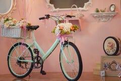 Blom- garnering för original- bröllop i form av kortkort-vaser och buketter av att hänga för blommor Royaltyfri Fotografi