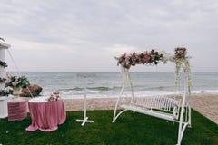 Blom- garnering för original- bröllop i form av kortkort-vaser och buketter av att hänga för blommor Royaltyfri Bild