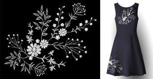 Blom- garnering för realistisk kvinnaklänningbroderi 3d specificerad mode sydd vit prydnadlapp på mörker - blått Fotografering för Bildbyråer