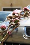 Blom- garnering på bröllopbilen fotografering för bildbyråer