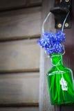 Blom- garnering på fönsterram Fotografering för Bildbyråer