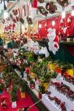 Blom- garneringar och traditionella gåvor i jul marknadsför Royaltyfri Foto