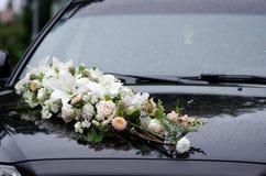 Blom- garneringar på den svarta bröllopmaskinhättan Arkivbild