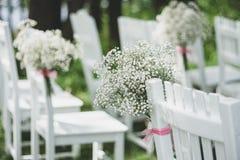 Blom- garneringar som gifta sig stolar Arkivfoto