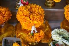 Blom- girlandordning för ny gul ringblomma med den kronablomman och jasmin på det erbjudande magasinet för guld- färg med sockeln Arkivbilder