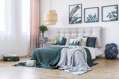 Blom- grönt sovrum arkivfoton