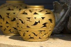 blom- guld- prydnad Arkivfoton