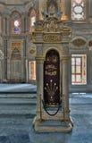 Blom- guld- utsmyckat minbar för vit marmor och nisch, Nuruosmaniye moské, Istanbul, Turkiet Arkivfoto