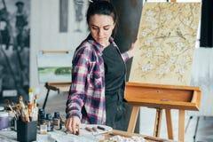 Blom- hjälpmedel för kvinna för livsstil för konstverkkonstnärtalang arkivbilder