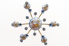 Blom- ljuskrona för tappningporslin mot vit bakgrund Fotografering för Bildbyråer