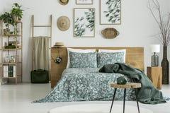 Blom- målningar i sovrum för handelsresande` s royaltyfri foto