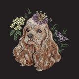 Blom- modell för broderi med hunden i krona och lila royaltyfri illustrationer
