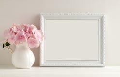 Blom- modell utformat materielfotografi med den vita ramen Royaltyfri Fotografi
