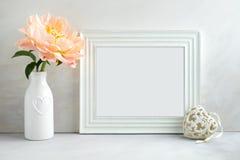 Blom- modell utformat materielfotografi med den vita ramen Arkivbilder