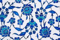 Blom- modeller på den tappning belade med tegel väggen i ottoman utformar Arkivbilder