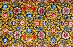 Blom- modeller på färgrik väggmålning Arkivfoton