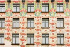 Blom- modeller på framdel av historisk buildng med fönster, mitt av Wien, Österrike Arkivbild