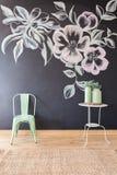 Blom- motiv på svart tavlaväggen royaltyfria bilder