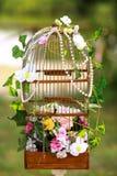 Blom- ordning av blommor, fågelbur med blommor Royaltyfri Bild