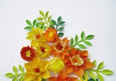Blom- ordning av pappers- blommor på en vit bakgrund övre sikt Royaltyfria Foton