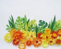 Blom- ordning av pappers- blommor på en vit bakgrund övre sikt Royaltyfria Bilder