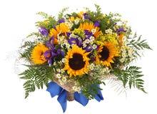 Blom- ordning av solrosor, tusenskönor, ormbunkar och goldenrod. Blommasammansättning Arkivbilder