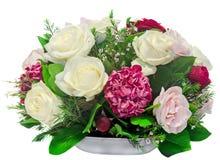 Blom- ordning, bukett, med vit, rosa färger, gula rosor och purpurfärgad hortensia, övre för vanlig hortensia nära, isolerad vit  Arkivbilder