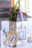 Blom- ordning i ficklampan för garneringbrölloptabellen fo Royaltyfri Foto